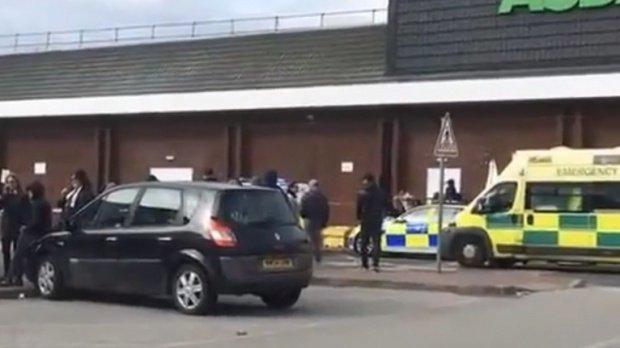 O mașină a intrat în mulțime în Marea Britanie. Un bărbat a murit și alte câteva persoane au fost rănite