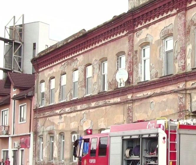 Un bărbat din Timișoara a căzut printr-un balcon. Clădirea unde locuia este veche de sute de ani - VIDEO