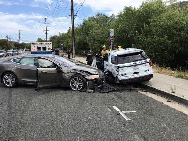 O mașină Tesla, setată pe pilot automat, implicată într-un grav accident rutier (FOTO)