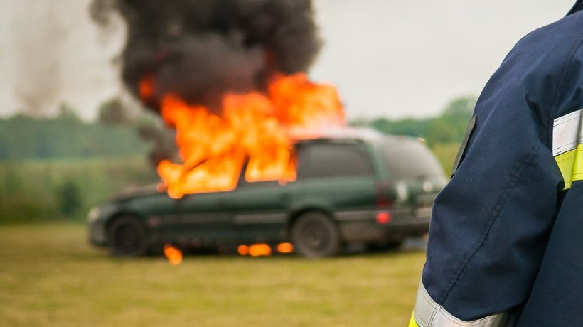 Situație șocantă la o benzinărie din Cluj Napoca! I-a dat foc mașinii și s-a urcat în ea