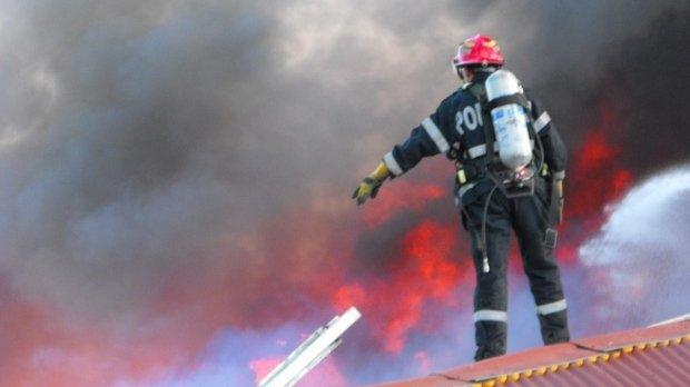Incendiu puternic în Capitală. Pompierii intervin cu opt autospeciale