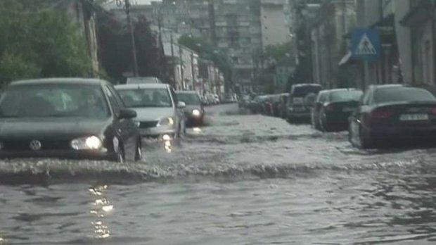 Atenționare ANM! Cod galben defurtuni pentru Bucureşti. Cod portocaliu de ploi şi vijelii în mai multe judeţe
