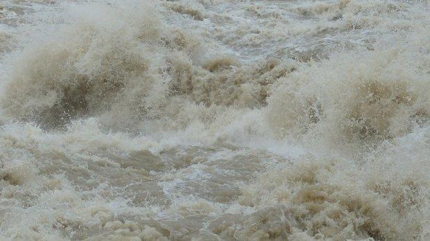 Hidrologii avertizează! Cod roşu de inundaţii pe mai multe râuri din țară
