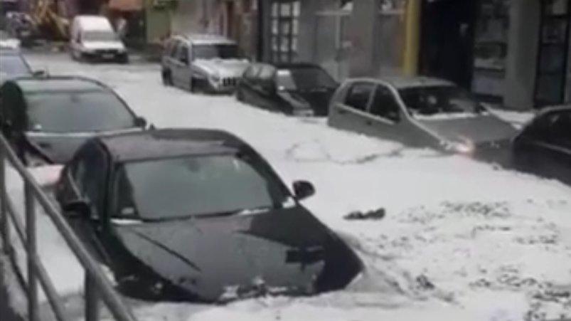 Un oraş din Serbia a fost devastat de o ploaie cu grindină. Maşinile, scufundate în gheaţă - VIDEO
