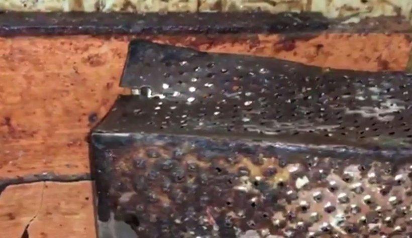 Situație halucinantă într-o patiserie din Constanța. Inspectorii au găsit rugină și excremente de șoareci în laboratorul firmei care prepara mâncare pentru elevi - VIDEO