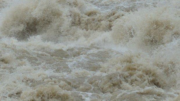 Noi avertizări emise de hidrologi. Cod portocaliu de inundaţii pe râuri din mai multe judeţe