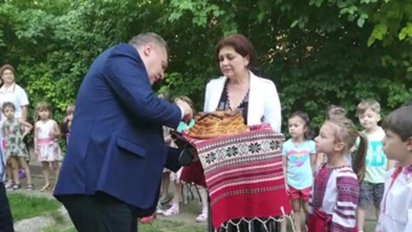 Reacţia primarului din Tecuci după ce a inaugurat o scară de incendiu cu panglică, pâine şi sare: Este un eveniment normal