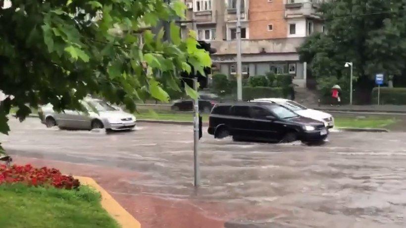Capitala, sub ape după o ploaie torențială! Imagini incredibile surprinse în București. Pietonii, luați pe sus de ape - VIDEO