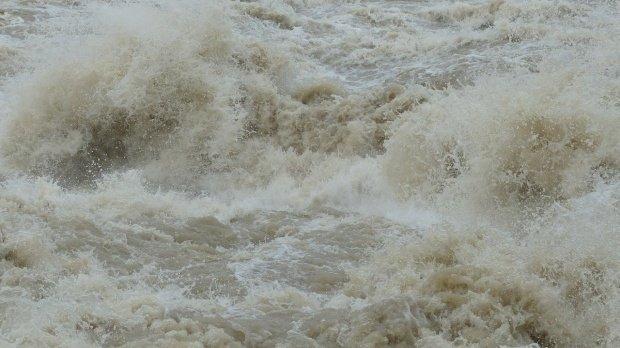 Scurgeri de pe versanţi, viituri şi inundaţii locale, anunţate de hidrologi. Județele vizate