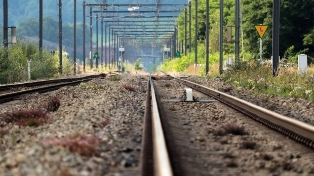 Și-a bătut copilul și a amenințat că-l aruncă sub tren dacă nu poate călători fără bilet. Femeia a primit pedeapsa pe care o merita