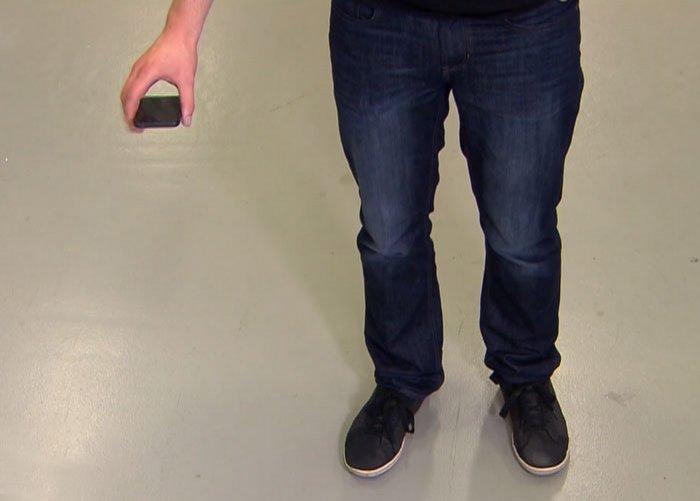 Invenţia perfectă pentru cei neîndemânatici. A apărut dispozitivul care îţi salvează telefonul - VIDEO
