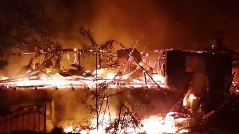 Incendii devastatoare la Bacău şi Arad. Pompierii au scos din foc trei butelii, înainte de a se produce o catastrofă