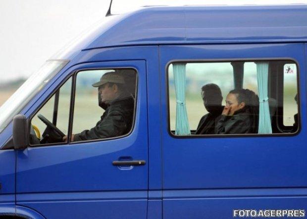 Descoperirea polițiștilor de frontieră în portbagajul unui microbuz. Ce au găsit sub o pătură