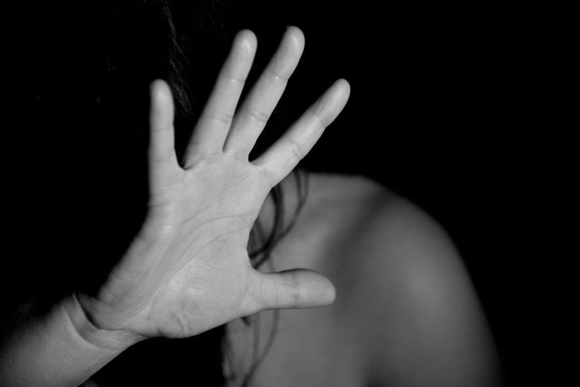Incident șocant în Iași! Un tată și-a legat fiica în lanțuri și a bătut-o. Ce pedeapsă a primit
