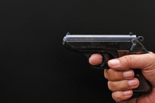 A fost prins în timp ce vindea o armă periculoasă într-un restaurant din Râmnicu Vâlcea
