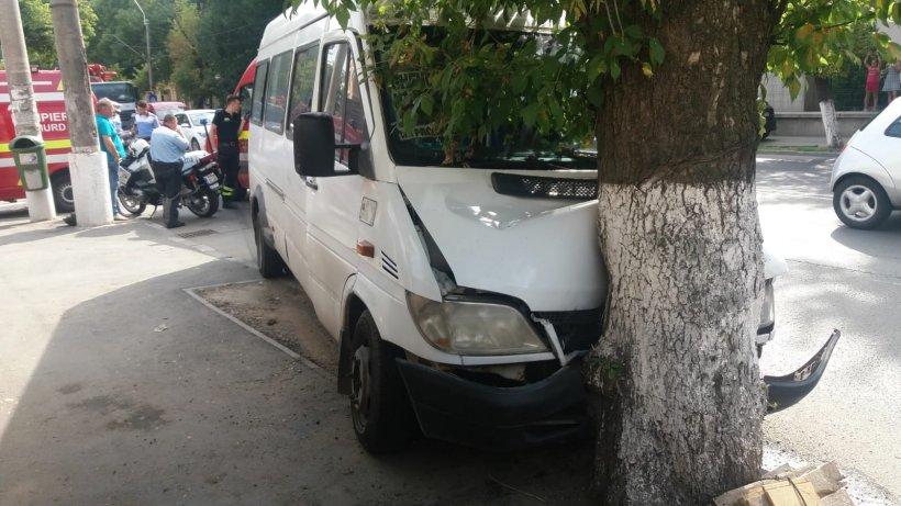 Un microbuz cu călători a intrat într-un stâlp pe Şoseaua Antiaeriană din Bucureşti. Sunt mai multe victime