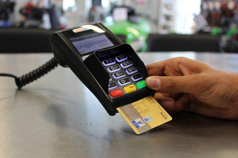 Klaus Iohannis a promulgat legea. Cardurile devin obligatoriu acceptate la plată în unele magazine