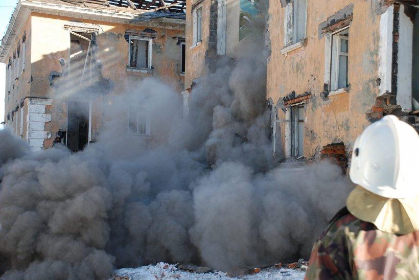 Un bloc de şase etaje s-a prăbușit peste un alt imobil. Cel puțin trei persoane și-au pierdut viața