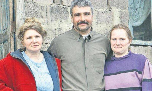 Românul care s-a însurat cu două femei. Este incredibil cum de au acceptat soțiile asta