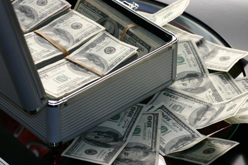 Un candidat la primărie a împărțit 300.000 de dolari unei mulţimi, la biserică