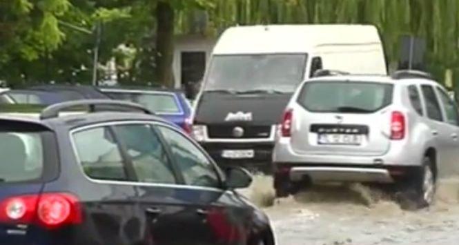 Oraș inundat după o ploaie de numai zece minute. Apa adunată pe străzi a depăşit pe alocuri o jumătate de metru - VIDEO