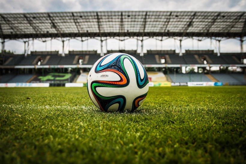 Un copil de 11 ani a căzut în gol lângă un teren de fotbal din Pitești. A ajuns de urgență la spital
