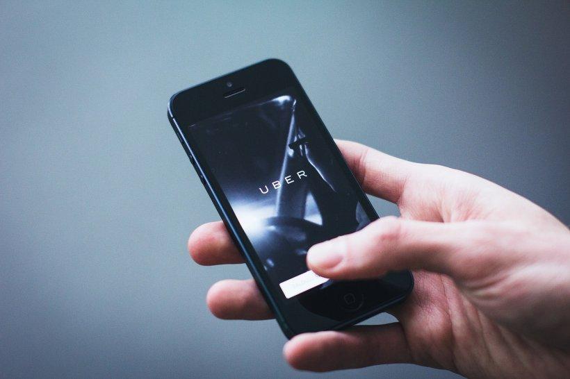Un român, șofer Uber, a fost condamnat la închisoare în Anglia. Ce i-a făcut unei cliente