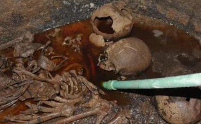 Zeci de mii de oameni cer să li se permită să bea o băutură dintr-un sarcofag descoperit în Egipt. Ce este, de fapt, lichidul