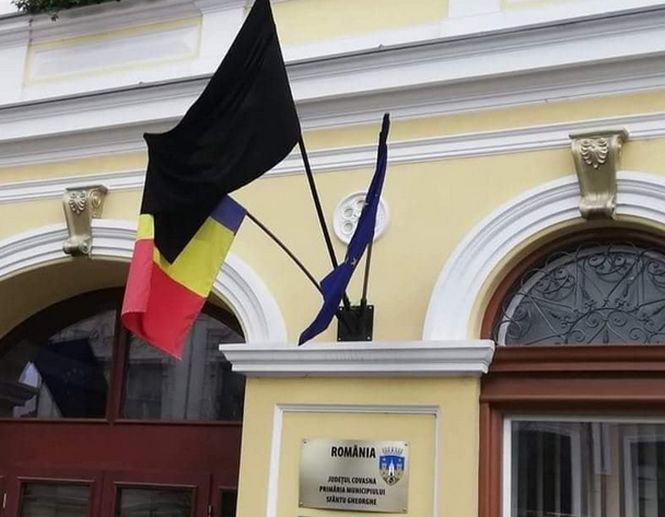 Gest scandalos de Ziua Imnului. Un steag negru a fost arborat la Primăria Sfântu Gheorghe