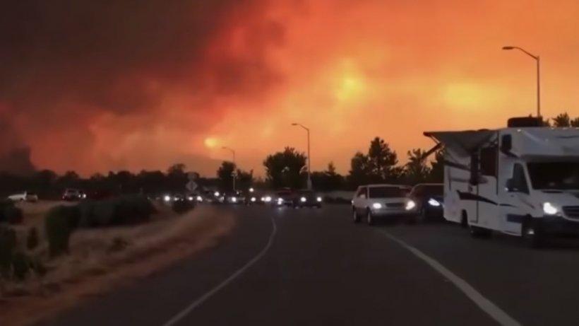 Incendii devastatoare în California!Cel puţin cinci persoane au murit, iar alte câteva mii au fost evacuate - VIDEO