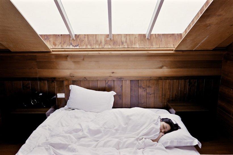 S-a trezit brusc dimineața, după ce a simțit o mișcare bizară în pat. A încremenit când a văzut ce se afla chiar lângă ea