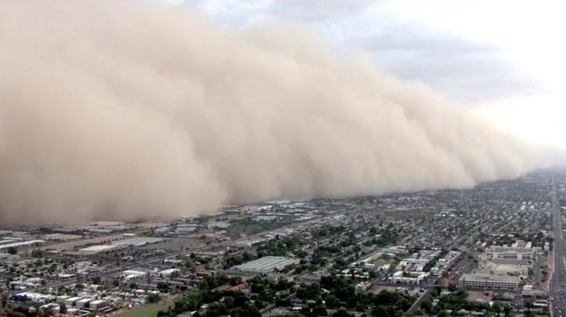 Imagini dramatice! Momentul în care un fenomen rar înghite un oraș întreg - VIDEO
