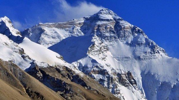 Salvat în ultima clipă! A supravieţuit patruzile pe un munte acoperit de zăpadă şi gheaţă