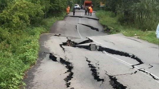 Un drum naţional din Argeş,rupt de o alunecare de teren - FOTO