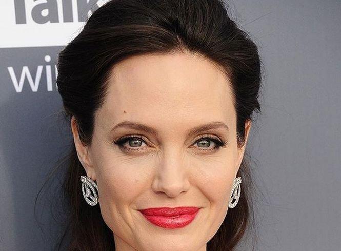 Angelina Jolie îl acuză pe Brad Pitt că nu plătește pensia alimentară