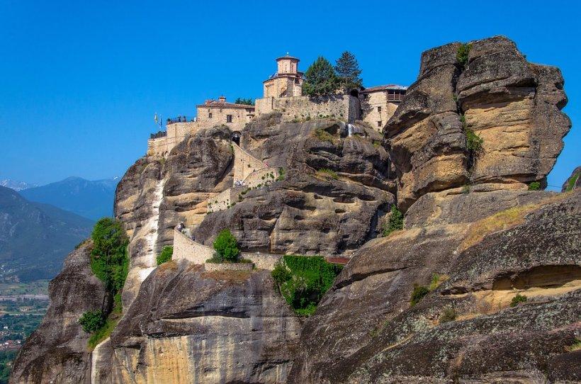 """Are și România """"Meteorele"""" ei: Sfintele mănăstiri Arnota şi Vârful Romani"""