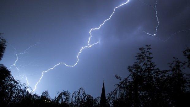 Avertizare meteo! Cod portocaliu de ploi torențiale și descărcări electrice în mai multe zone din țară