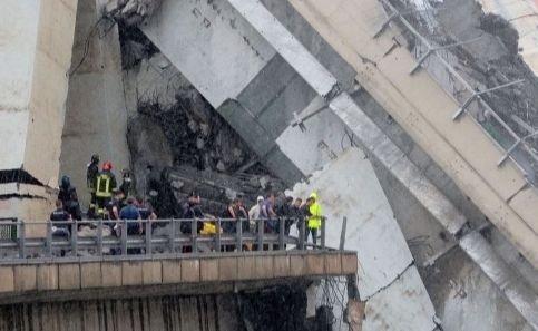 """Un șofer italian s-a oprit la doar câțiva metri de moarte: """"Am văzut toate mașinile din fața mea cum se prăbușesc"""""""