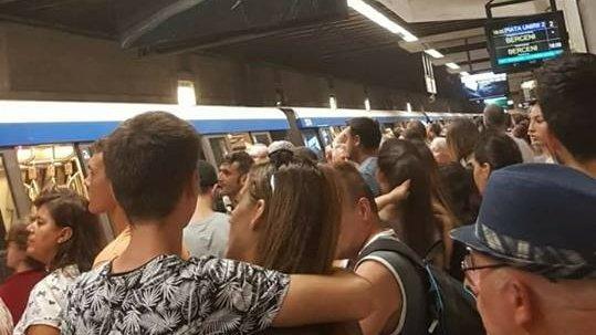Clipe de panică la metrou. Evacuare la stația Piața Unirii, din cauza unui atac cu o substanţă chimică
