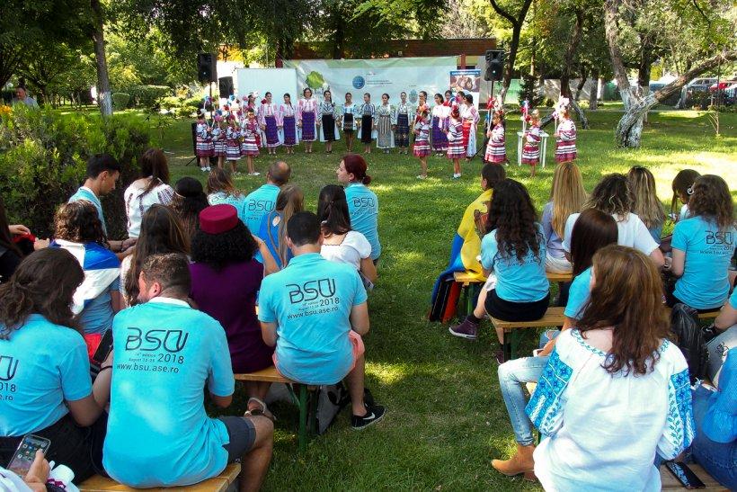 """""""Global Village"""" în Grădina Valorilor Românești. Copiii talentați de la Horezu au ridicat întreaga lume în picioare!"""