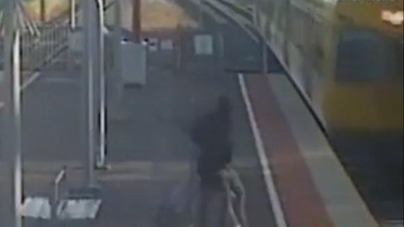 Imagini șocante! Un tânăr își împinge iubita spre un tren aflat în mișcare - VIDEO