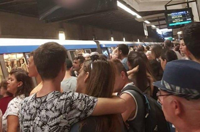 Poliția, apel la călătorii care au fost martori la incidentul din metrou. Primele imagini de la locul faptei - FOTO