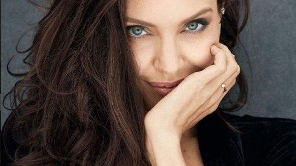 Angelina Jolie ar fi într-o relație cu un afacerist francez. Actrița ar intenționa să se mute la Paris