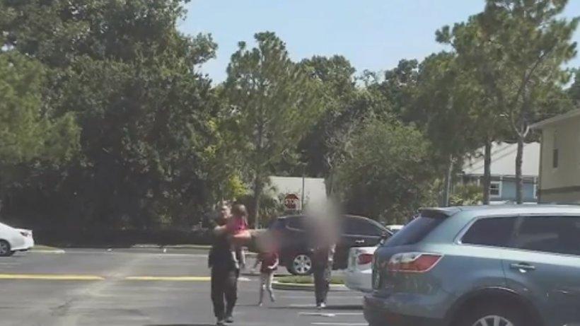 Și-a încuiat fetița în mașină, timp de 12 ore, la temperaturi sufocante.Explicația halucinantă a mamei copilului - VIDEO