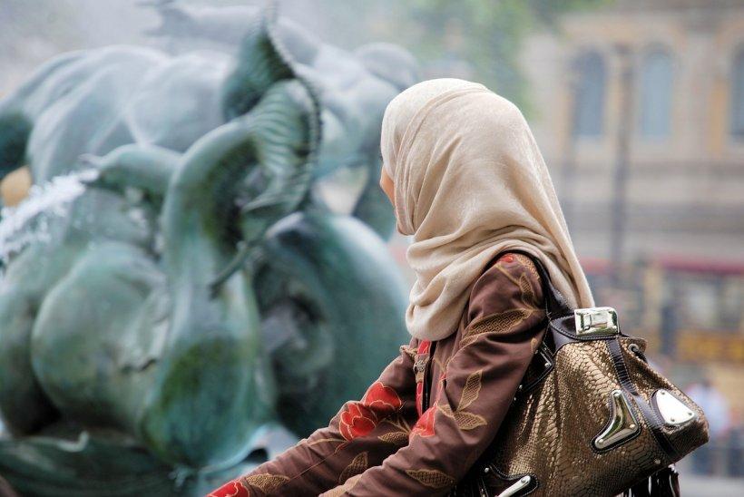 Ce i s-a întâmplat unei femei musulmane când a refuzat să dea mâna cu un bărbat te va surprinde