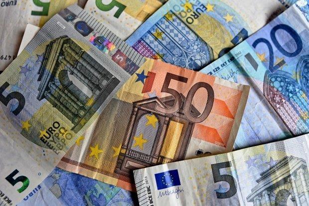CURS VALUTAR. Euro continuă să crească