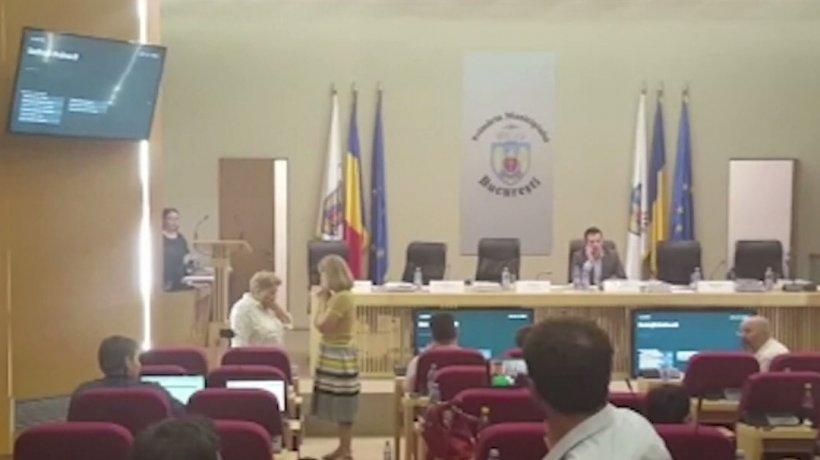 Scandal-monstru în Consiliul General. Ceartă între aleși locali pentru pantaloni scurți - VIDEO