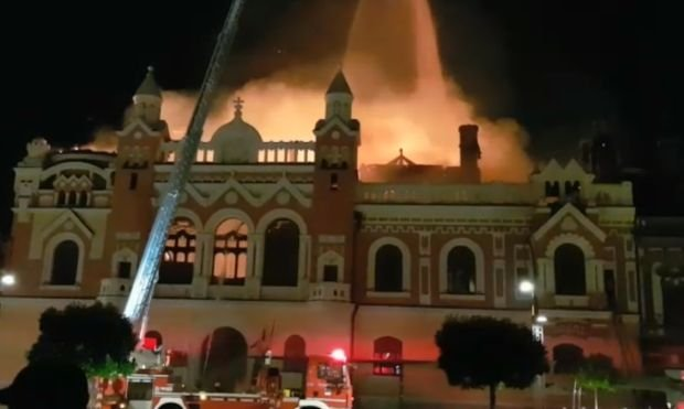 Incendiu devastator în Oradea. Câteva turnuri ale Episcopiei s-au prăbușit