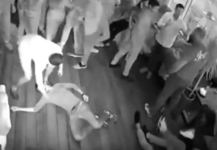 """VIDEO.""""Terminator"""" de Rusia. Un bărbat a pus la pământ 7 indivizi într-un club"""