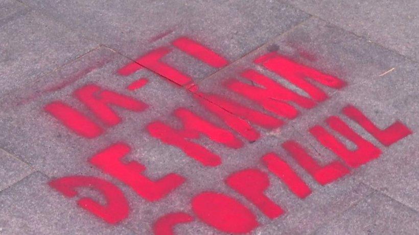 Accidentele rutiere pot fi acum prevenite! Mesaje pe asfalt pentru pietoni, în Piaţa Victoriei - VIDEO